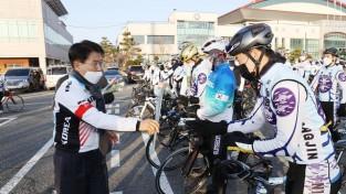 사이클 국가대표에 장미로 응원 선물